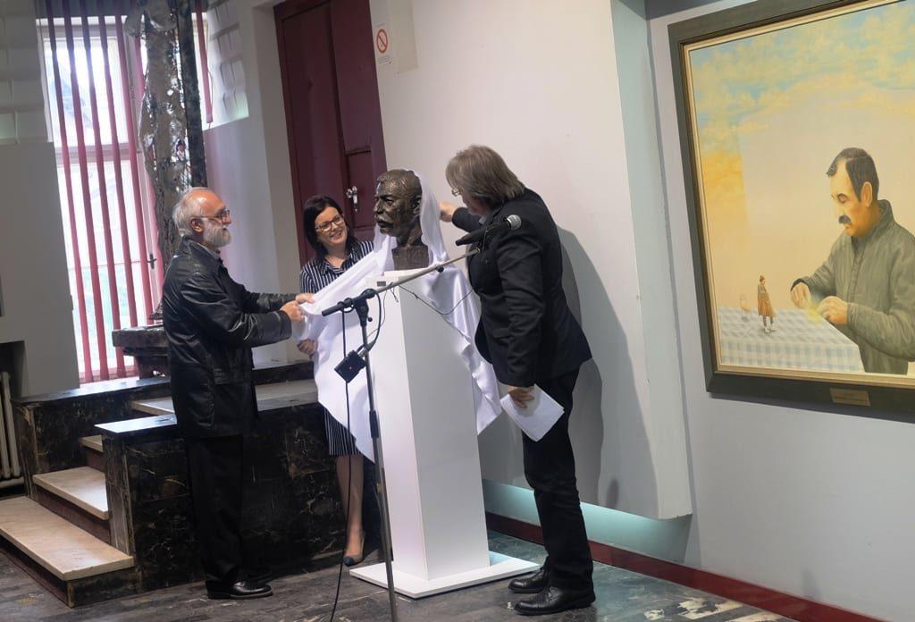U foajeu pozorišta postavljena bista Zorana Radmilovića