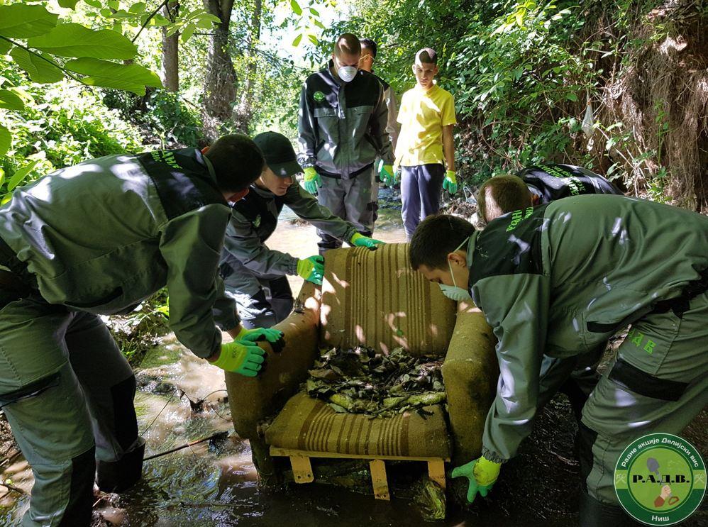 Izvlačenje fotelje iz Gabrovačke reke; Foto: Radna akcija Delijski vis