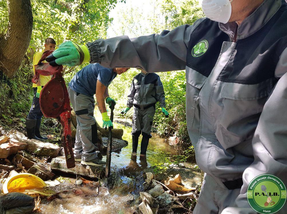 Volonteri su šokirani šta su sve pronašli u Gabrovačkoj reci; Foto: Radna akcija Delijski vis