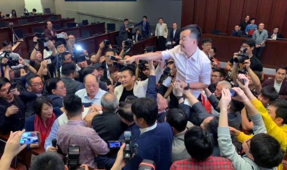 Tuča poslanika u Hong Kongu; Foto: REUTERS/James Pomfret