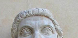 Konstantin Veliki, glava nekadašnje kolosalne mermerne skulpture izrađene nakon 312. u čast pobede nad Maksencijem. Danas se nalazi u muzeju Kapitolini, u Rimu