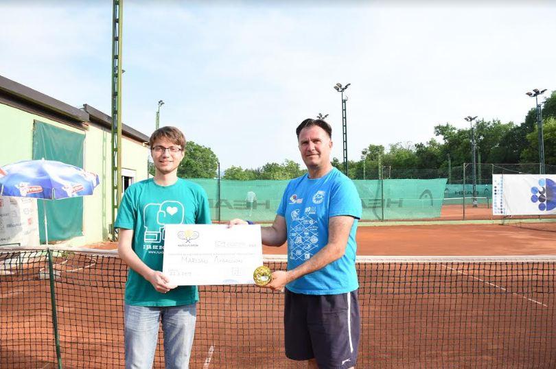 Pobednik turnira uručuje ček predstavniku NURDOR-a