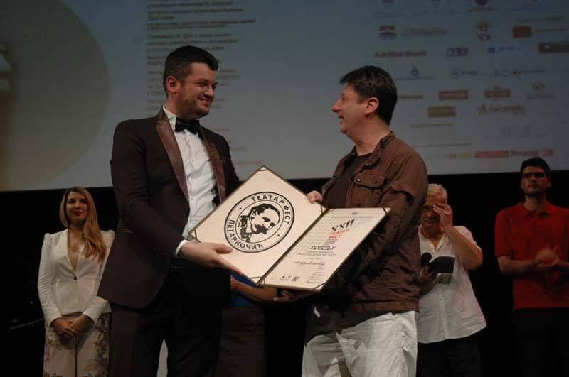 """Niški glumac Aleksandar Mihailović dobitnik je nagrade za najbolji tekst za predstavu """"U čije ime"""" Narodnog pozorišta Niš"""
