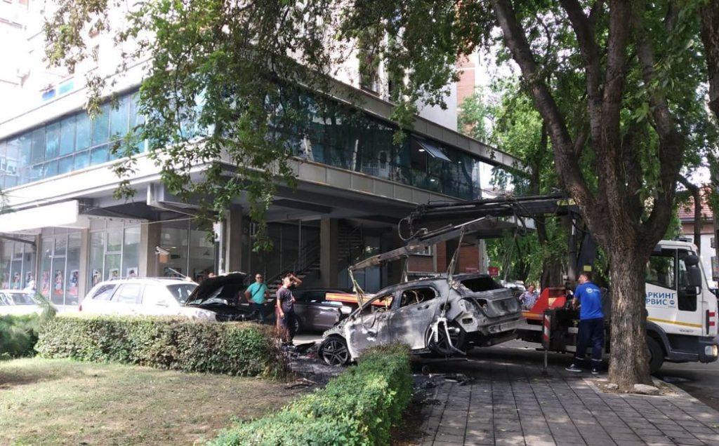 Izgorela dva automobila iza Narodnog pozorišta u Nišu; Foto: Novinari Online