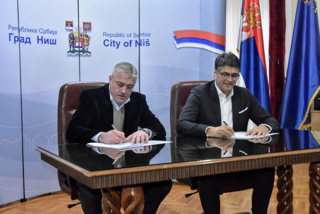 Ugovore o organizaciji ovogodišnjeg Kupa Radivoja Koraća potpisali su Predrag Danilović, predsednik Košarkaškog saveza Srbije i gradonačelnik Niša Darko Bulatović