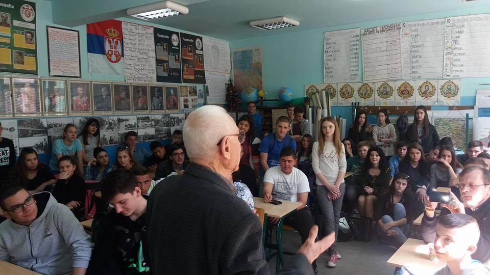 Vladimir Jovanović sa učenicima; Foto: Srpska Istorija