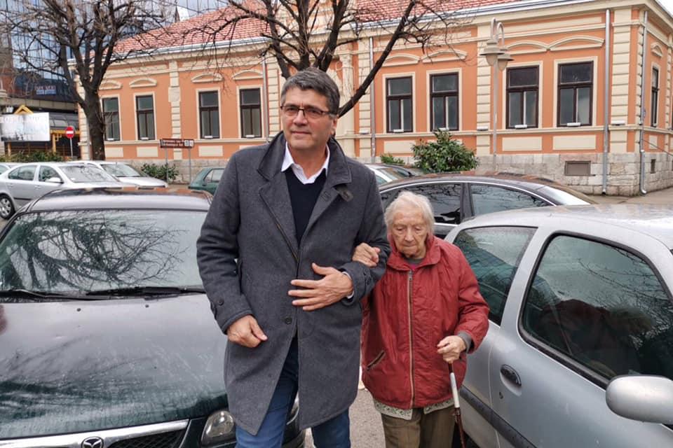 Gradonačelnik sa najstarijom Nišlijkom na Dan žena; Foto Grad Niš
