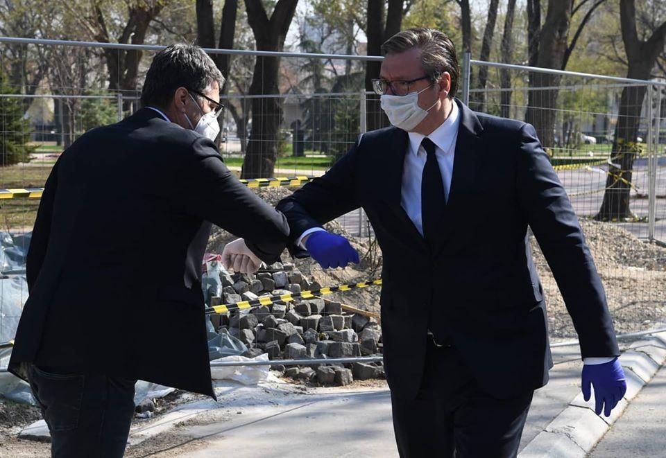 Vučić se nakon uručenja sastao i i s predstavnicima lokalne samouprave, Kliničkog centra Niš i drugih zdravstvenih institucija.